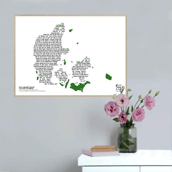 "Flot plakat med John Mogensens ""Der er noget galt i Danmark"" opsat i grafisk form, som danner et danmarkskort."