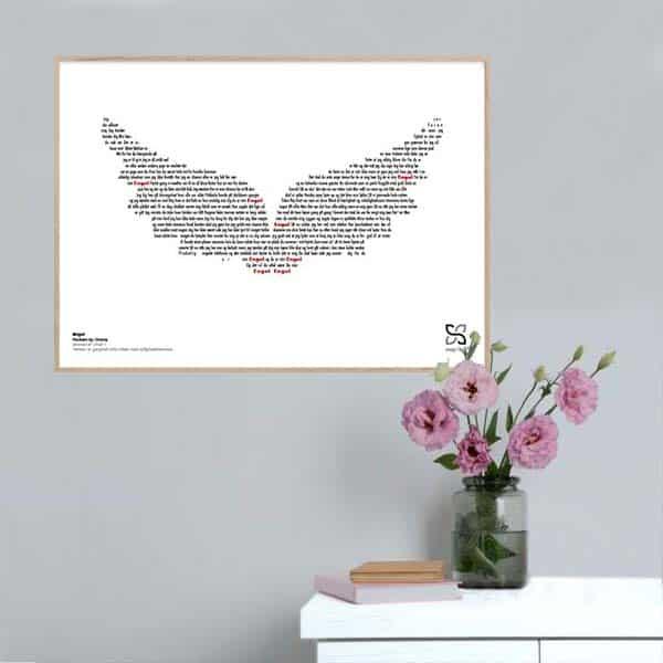"""Ikonisk plakat med Rockers by Choice's """"engel"""". Sangteksten er opsat i grafisk form, som danner et billede af et par vinger."""