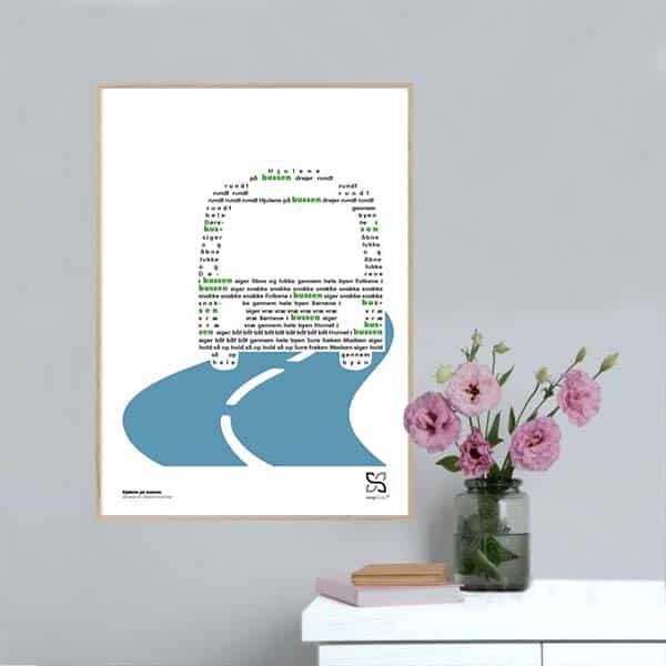 """Plakat med den kendte og elskede børnesang """"hjulene på bussen"""" opsat i grafisk form, så teksten danner en bus ."""