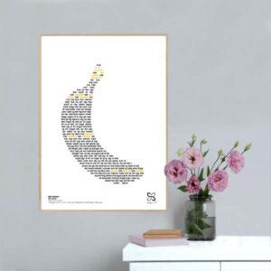 "Grafisk musikplakat med sangteksten til Kim Larsens ""Køb bananer"" opsat i grafisk form, så teksten danner en banan"