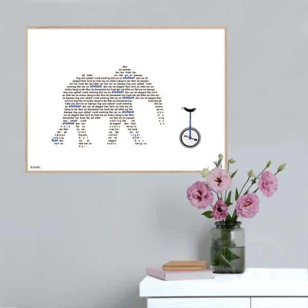 """Smuk og enkel plakat med elsket børnesang """"mon du bemærket har"""" opsat i grafisk form så teksten danner et billede af en elefant."""