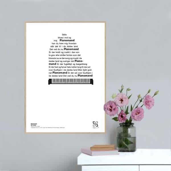 """Grafisk musikplakat med sangteksten til Kim Larsens """"Pianomand"""" opsat i grafisk form, så teksten danner et piano."""