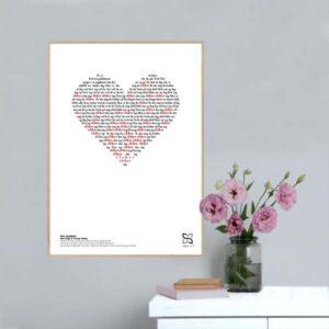 """Dekorativ musikplakat med Anne Linnets hit """"Den jeg elsker"""" opsat i grafisk form, så teksten danner et billede af et hjerte."""