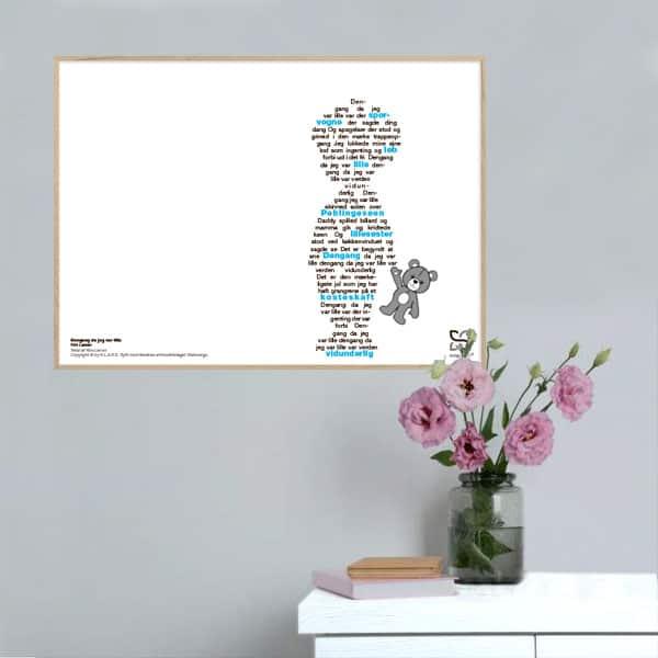 """Smuk musikplakat med Kim Larsens nostalgiske """"Dengang da jeg var lille"""" opsat i grafisk form, så teksten danner et barn med en bamse."""