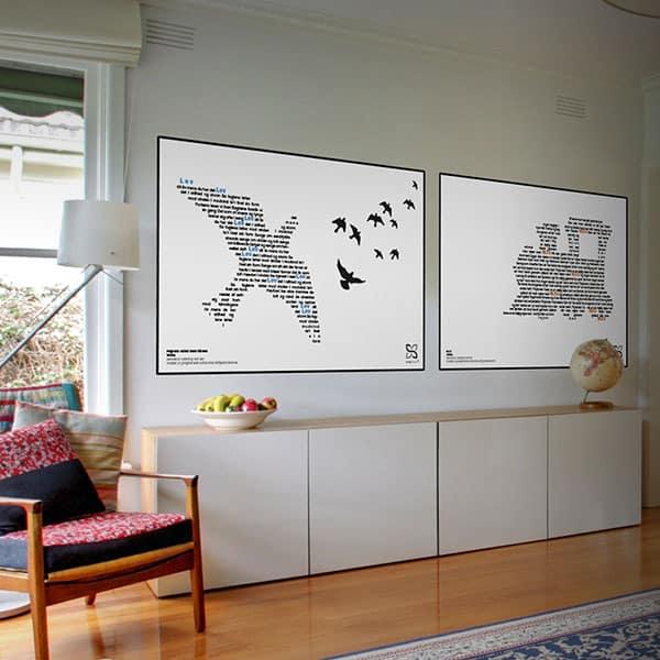 """Flot plakatsæt af Tørfisks legendariske hits """"""""VLTJ"""" og """"Fuglene letter mod vinden"""". Teksterne danner billeder af hhv. et tog og en fugl."""