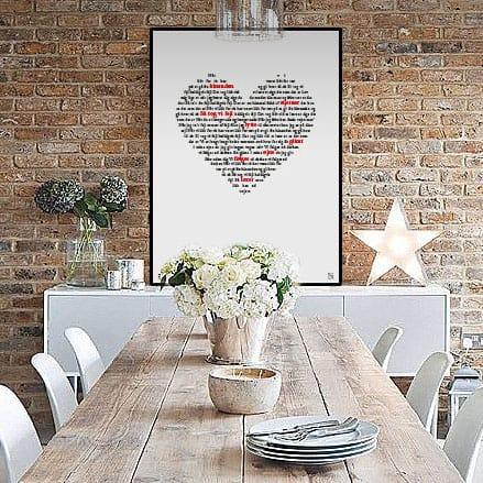 """Flot plakat med tekst fra Poul Krebs' """"Vi tog heldigvis fejl"""" opsat i grafisk form, som danner et hjerte."""