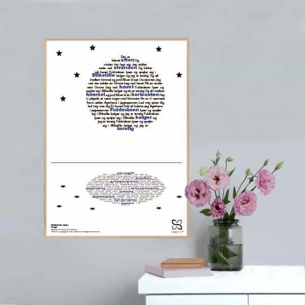 """Smuk plakat med Gnags' tekst """"Fuldmånen lyser"""" opsat i grafisk form, som danner en fuldmåne, der spejles i vand."""