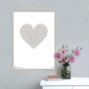 """Enkel og ikonisk plakat med Lukas Graham hittet """"mama said"""" opsat i grafisk form, som danner et hjerte."""