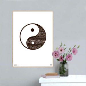 Sort hvid grafisk plakat med tekst om Openminded Yin og Yang opsat, så teksten følger formen på Yang.